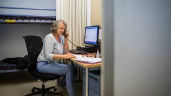 Im Einsatz für die kantonale Hotline: Marianne Bläsi im Einzelbüro im kantonalen Verwaltungsschutzbau.