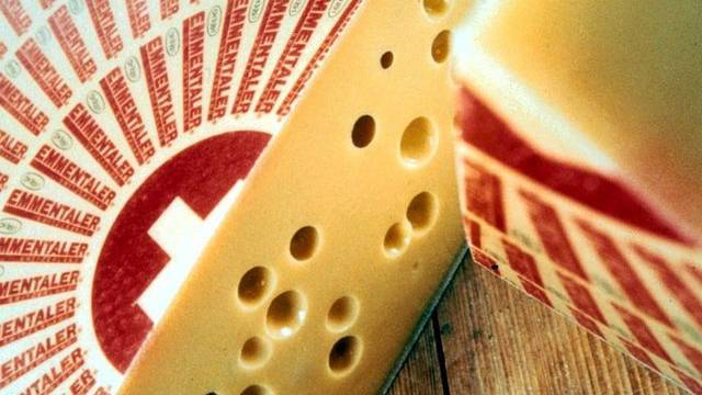 Fehlt der Staub, kann sich das im Käselaib entstandene Gas nicht ansammeln. Es können Risse entstehen, oder der Käse bleibt ohne Löcher.  (Archiv)