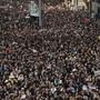 Am Sonntag sind erneut zehntausende Menschen auf die Strasse gegangen. (AP Photo/Vincent Yu)