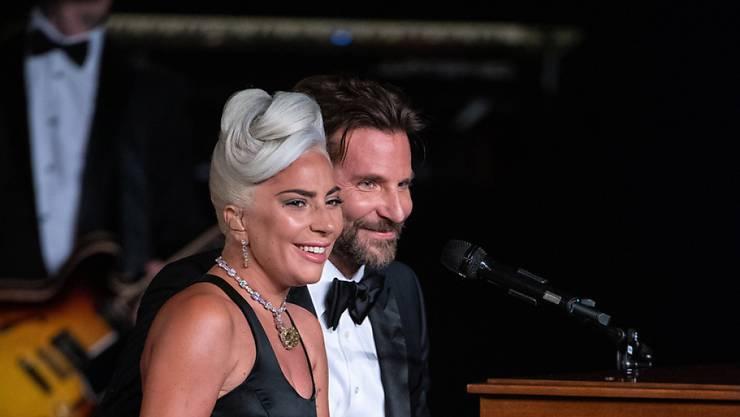 Lady Gaga und Bradley Cooper bei ihrem gemeinsamen Auftritt an der Oscar-Preisverleihung: Eine Affäre hat Lady Gaga zurückgewiesen und neuerliche Spekulationen über eine Schwangerschaft nutzte die Musikerin, um auf ihr neues Studioalbum hinzuweisen. (Archivbild)