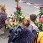 Nach einem Strassenverkehrsunfall mit vier Toten legten Anwohner in Berlin Blumen auf den Gehweg und stellten Kerzen auf.