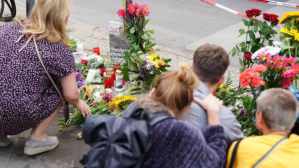 Anwohner legen Blumen an Unfallort in Berlin ab