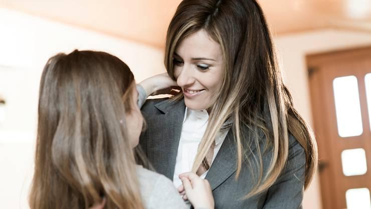 Arbeitende Mutter mit ihrer Tochter