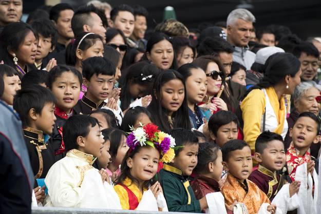 Viele singen während des Wartens.