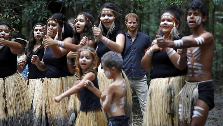 Mitglieder des Aborigine-Volkes der Butchulla tanzen zur Begrüssung für Prinz Harry-