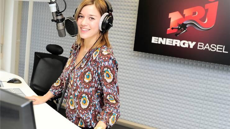 Bald vor der Kamera statt hinter dem Mikrofon: Eva Nidecker im Studio von Radio Energy Basel. (Archiv)