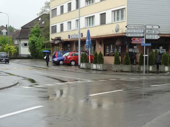"""Der Perimeter """"Schöneggplatz"""" - erst 1999 umgebaut - mit sieben komplex einmündenden Strassen, vier Parkierungsanlagen inkl. drei Mobility-Autos, verschiedene Vorfahrten, Bushaltestelle """"Gesundheitszentrum"""" ohne Wartehäuschen und wachsender Verkehrsbeziehung Alterszentum-Pflegeheim kann nicht einfach mit einer weiteren isolierten in Beton gegossenen Sofortmassnahme """"Busschleuse"""" saniert werden. Schnellschuss um Schnellschuss? Teure """"Pflästerli""""-Politik. Konzepte dauern zwar, erhöhen die Verkehrssicherheit mit echten Lösungen für alle."""