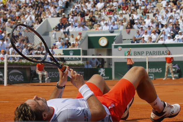 Wieder liegt Stan Wawrinka auf dem Rücken beziehungsweise wieder einmal hat er gegen Roger Federer das Nachsehen. Im achten Grand-Slam-Duell verliert er zum siebten Mal. Für Federer ist danach im Halbfinal gegen Rafael Nadal Schluss. (Bild: Keystone)