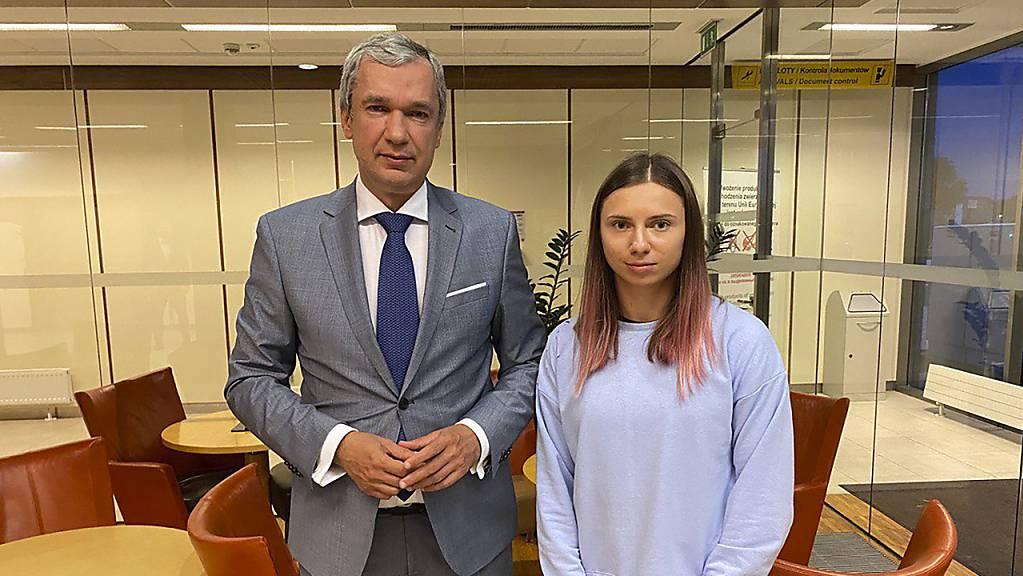 Dieses vom Nationalen Anti-Krisen-Management zur Verfügung gestellte Foto zeigt Kristina Timanowskaja, Sportlerin aus Belarus, und den belarussischen Dissidenten in Polen, Pawel Latuschka, kurz nach ihrer Ankunft auf dem Chopin-Flughafen Warschau. Timanowskaja ist wohlbehalten in Polen eingetroffen.
