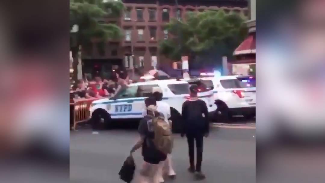 Ausschreitungen in den USA: Schlägereien, Plünderungen und ein Polizeiauto, das in Demonstranten fährt