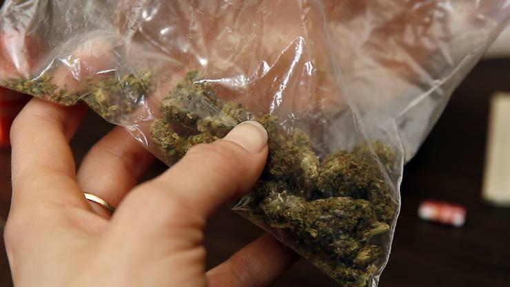 Unter anderem kamen mehrere Hundert Gramm Marihuana zum Vorschein. (Symbolbild)