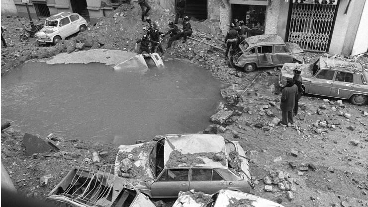 Der ehemalige Regierungschef Luis Carrero Blanco stirbt 1973 nach einem Anschlag auf seine gepanzerte Limousine in Madrid.