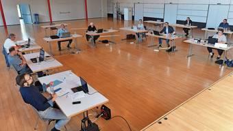 Oensingens Gemeinderat in der ausserordentlichen Lage: Sitzung im geräumigen Bienken-Saal.