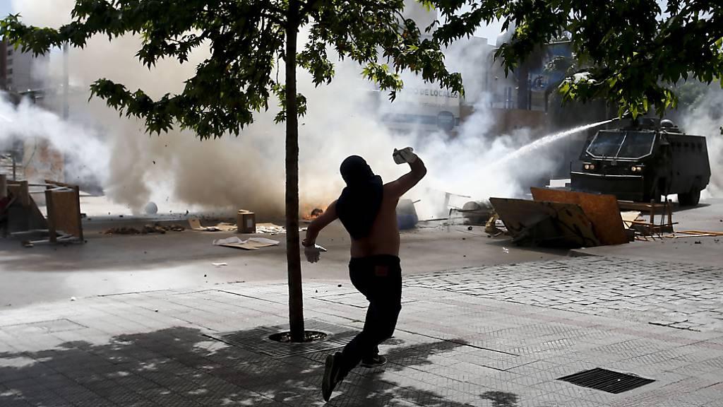 In Chile halten die sozialen Protesten ungeachtet der Zusagen von Präsident Sebastián Piñera an - es kam am Mittwoch (Ortszeit) erneut zu Ausschreitungen.