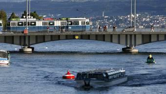 Wegen Hochwassers haben die Limmatboote Schwierigkeiten unter den tiefen Brücken durchzukommen. (Archivbild)