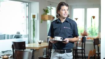 Aus dem Fussball-Schiedsrichter ist auch ein Gastronom geworden. Pascal Erlachner posiert in seiner Bar in Wangen bei Olten.