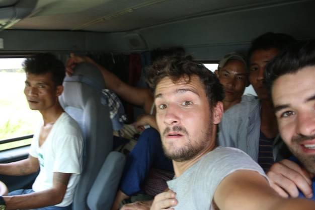 Von Nyaungdon nach Pantanaw: Dann in einem weiteren LKW, in dem die Insassen ganz eng zusammenrückten, damit wir auf dem Beifahrersitz Platz nehmen konnten.