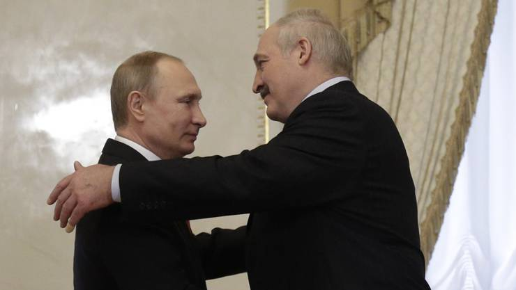 Einigen sich auf bessere Beziehungen zwischen ihren Ländern: der russische Präsident Wladimir Putin (links) und sein weissrussischer Amtskollege Alexander Lukaschenko in St. Petersburg.