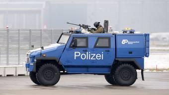 Auf dem Flughafen Kloten schon im Einsatz: ein Panzerfahrzeug. (zvg)