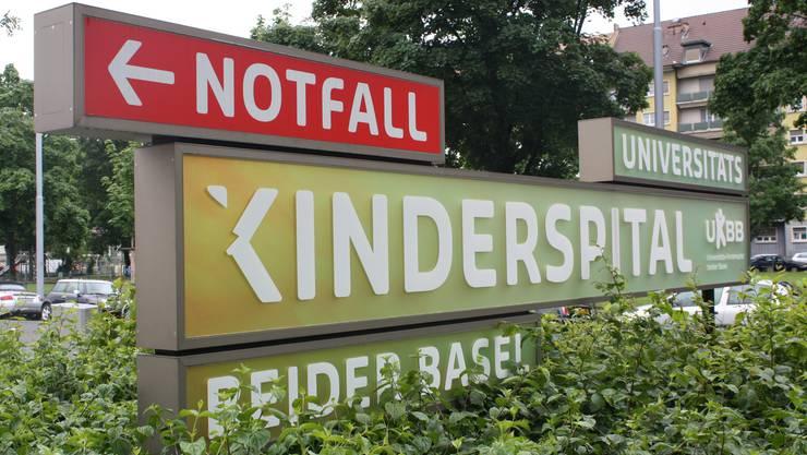 Auch auf der Rückseite des Schildes versuchten Vandalen das «K» abzureisen.