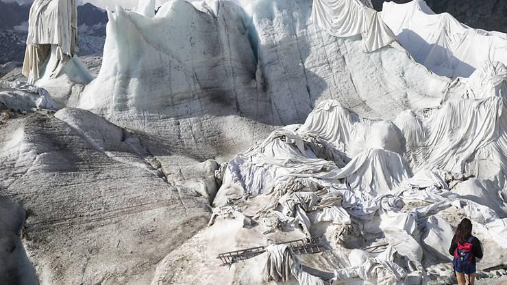 Der Klimawandel durch den Ausstoss von Treibhausgasen bringt die Gletscher zum Schmelzen. Im Bild der Rhonegletscher. (Archiv).