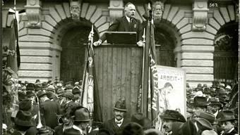 Robert Grimm am Rednerpult an der 1.-Mai-Kundgebung in Bern (vermutlich 1922): Seine Geheimaktion leitete das Ende der Zimmerwalder Bewegung ein.HO