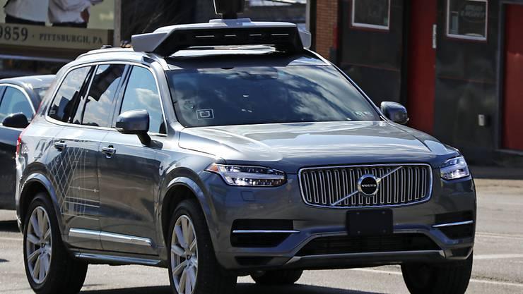 Die Roboter-Autos des Fahrdienstvermittlers Uber sind wieder auf US-Strassen unterwegs. Im Bild ein Testauto im US-Bundesstaat Pennsylvania. (Archivbild)