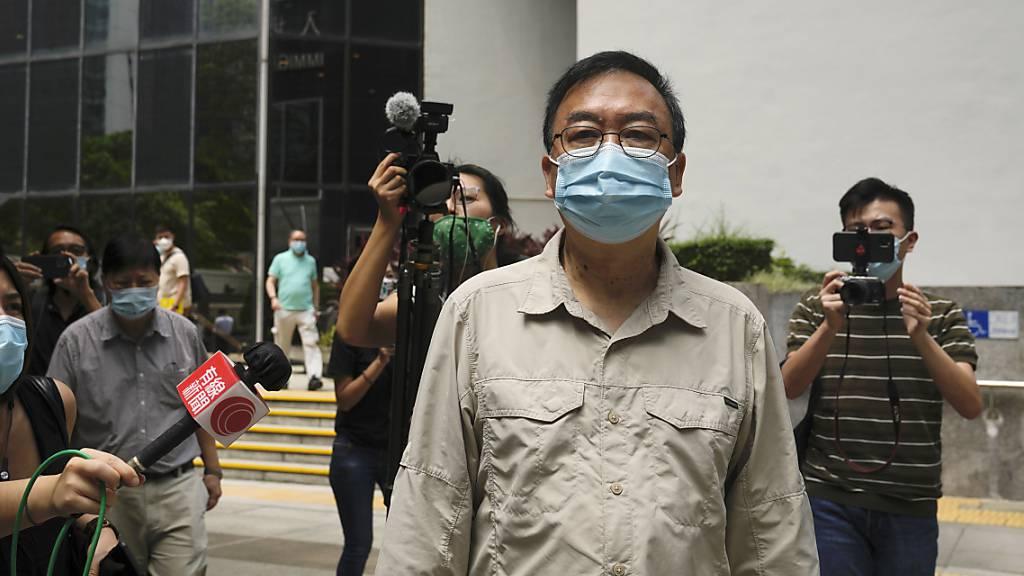 Der pro-demokratische Aktivist Cheung Man-kwong verlässt ein Gericht, nachdem er eine Bewährungsstrafe erhalten hat. Neun Hongkonger Aktivisten und ehemalige Abgeordnete wurden zu Haftstrafen von bis zu 10 Monaten verurteilt. Foto: Kin Cheung/AP/dpa