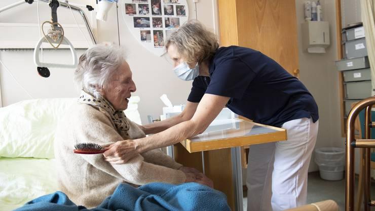 Die Coronakrise hat gezeigt, wie wichtig Pflegekräfte für die Gesundheit der Schweizer Bevölkerung sind. (Symbolbild)