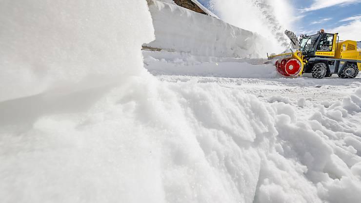 Imposante Schneemengen müssen geräumt werden. Räumungsmaschine auf dem Grossen St. Bernhard am 23. Mai.