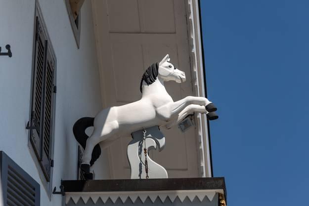 Ein weisses Pferd beim Eingang, passend zum Namen