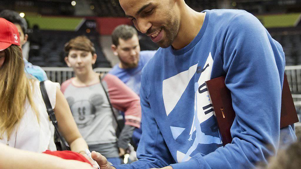 Der Westschweizer Thabo Sefolosha verteilt den Fans nach dem Heimsieg der Atlanta Hawks gegen die Charlotte Hornets Autogramme