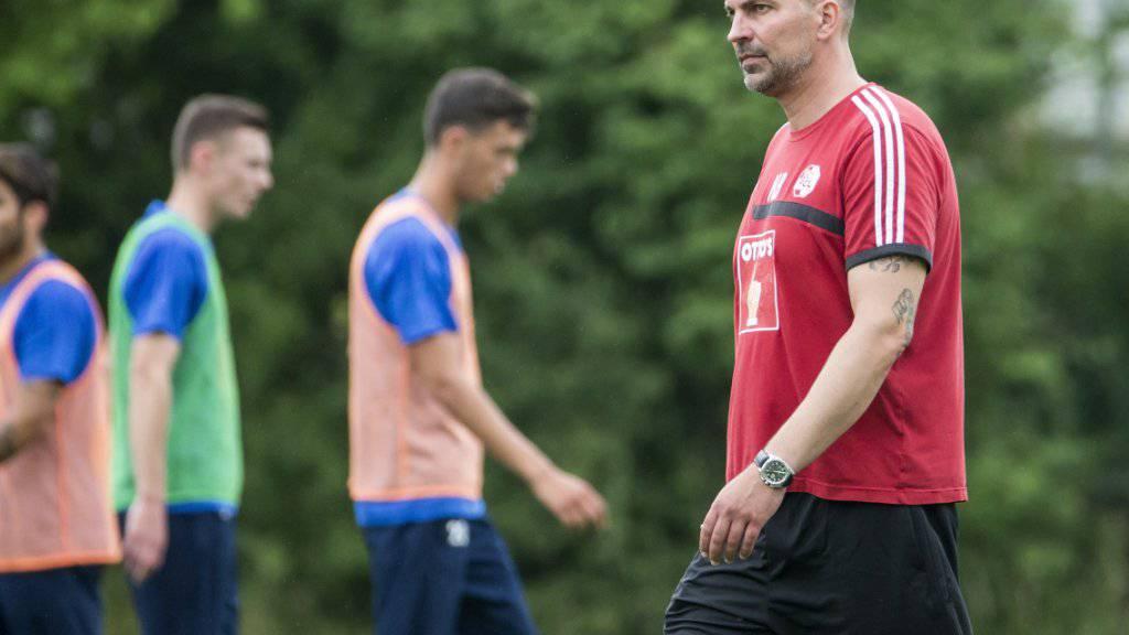 Luzerns Trainer Markus Babbel (ganz rechts) erhält einen nordkoreanischen Stürmer