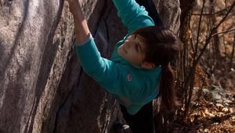 Ohne Seil und Gurt: Die Urdorferin Rebekka Stotz beim Bouldern im Tessin. Foto: Markus Senn/ZVG