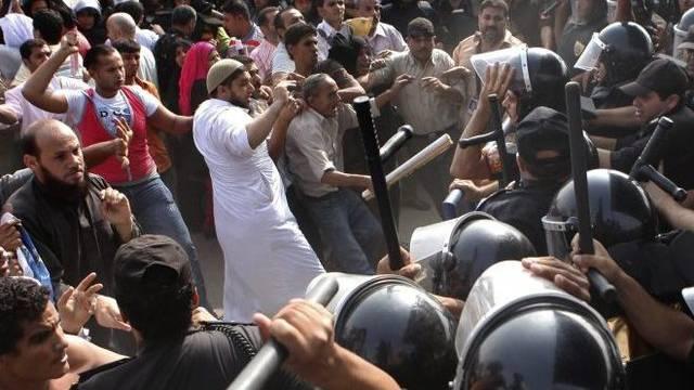 Protest vor dem Ort des Mubarak-Prozesses in Kairo.