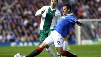 Rangers Lee McCulloch (rechts) kommt vor Ivan Ergic an den Ball