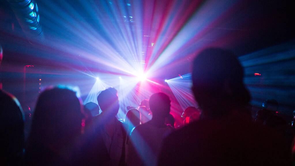 ARCHIV - Menschen tanzen in einem Club.  Mehrere Clubs in Berlin sollen für ein Pilotprojekt wieder drinnen öffnen dürfen - die Gäste sollen vorab zum PCR-Test. (Archivbild) Foto: Sophia Kembowski/dpa