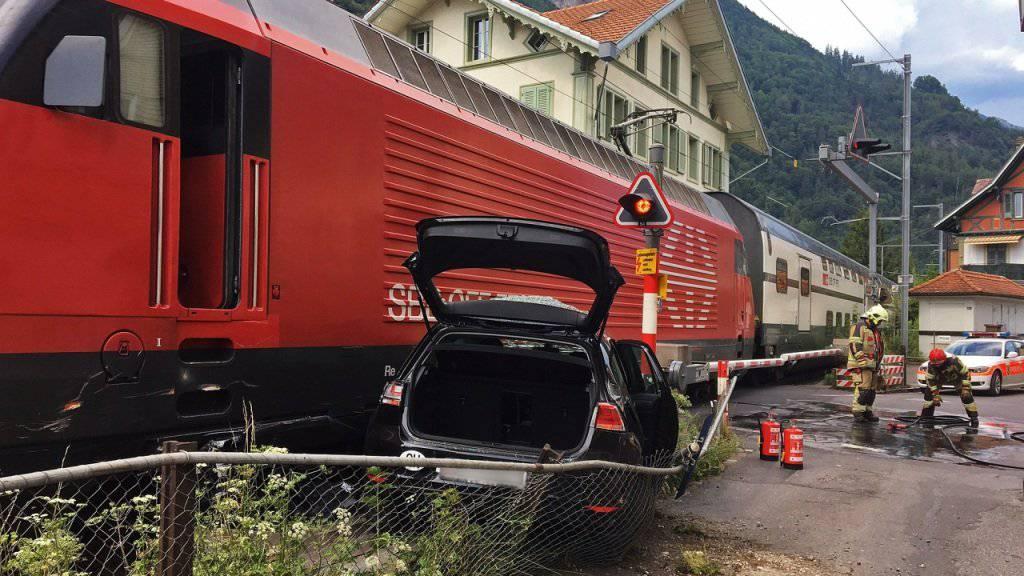 Beim Bahnübergang an der Interlakner Marktgasse ist ein Personenwagen von einem Zug erfasst worden.