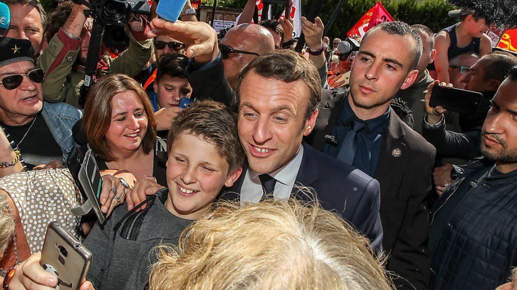 Selfie mit dem Favoriten: Emmanuel Macron liegt in den Umfragen für die Präsidentschaftswahl vom Sonntag in Frankreich weit vorne.