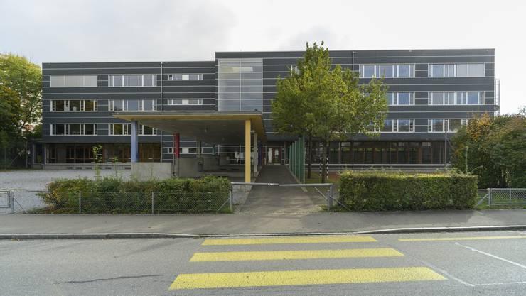 Die Schulanlage liegt mitten im Wohnquartier.