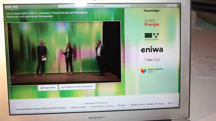 Nita Fernandes stellt den Referenten Kurt Lüscher (re) und Stefan Batzli Fragen, welche die Zuschauer des Livestreams im Chat gestellt hatten.