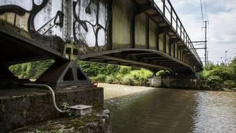 An den Eisenbahnbrücke über die Emme in Luterbach wird bald gerodet.