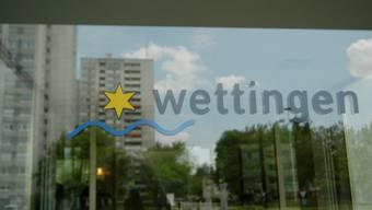 Glastüre Eingang Rathaus Wettingen.