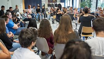 Das Kammerorchester Basel probt diese Saison im Foyer des Gymnasiums Muttenz – umringt von Teenagern, die direkt miterleben können, wie ein Orchester arbeitet. Daniel Nussbaumer/zvg