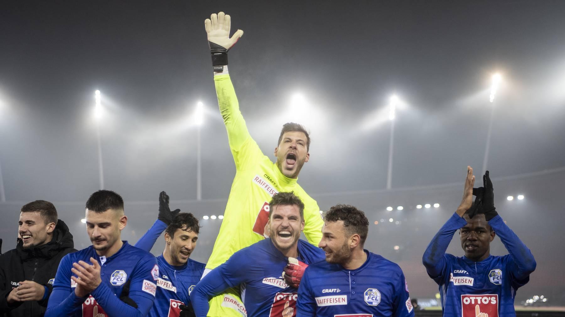Die FCL-Spieler bejubeln ihren Sieg gegen den FC Zürich