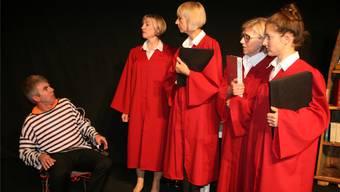 In der Patsche: Roland Dinkel mit den Richterinnen Kathrin Müller-Lorch, Barbara Blatter, Christel Imhof und Katharina Theurer. Bild: Peter Schütz