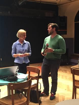 Amteipräsident Phillipp Jenni bedankt sich bei Regierungsrätin Susanne Schaffner
