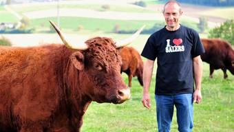 Adrian Burger mit Mutterkuh Flores: Die Zucht von Salers-Rindern ist die grosse Leidenschaft des Freienwilers.