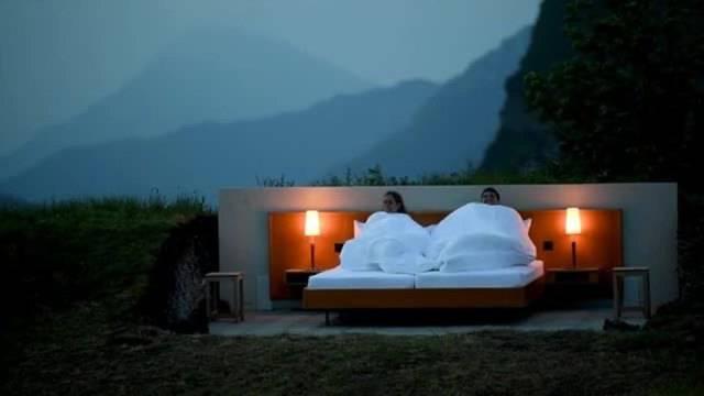 Ein Open-Air-Bett inmitten der Schweizer Berge