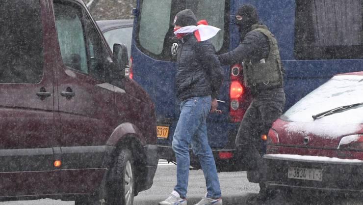 Ein Polizist führt einen Demonstranten während der Kundgebung gegen den Präsidenten Lukaschenko in Minsk ab. Tausende Menschen haben in Weißrussland wieder friedlich gegen den Präsidenten protestiert, der sich an sein Amt klammert. Es kam zu zahlreichen Festnahmen. Foto: Viktor Tolochko/Sputnik/dpa